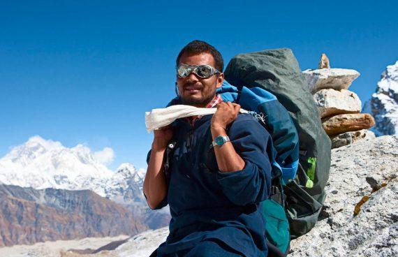 guía Sherpa de camino a las altas cumbres del Himalaya