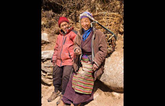 pareja de ancianos Sherpa descansando camino del campo base del Everest