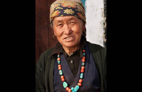 mujer Sherpa ataviada con joyas tibetanas