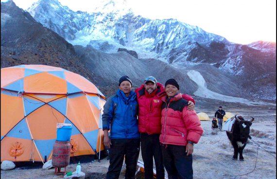 trabajadores Sherpa en el campo base