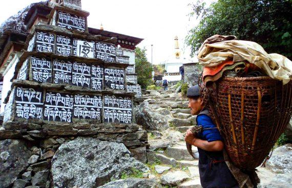 porteador Sherpa en el trekking del Everest