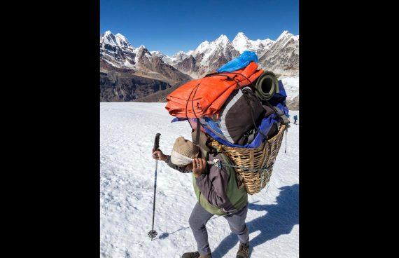 porteador Sherpa durante el trekking