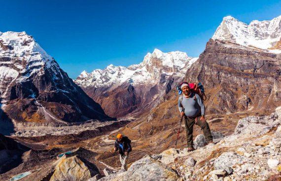 guía Sherpa durante el trekking