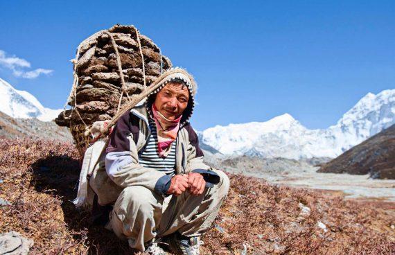 porteador Sherpa de camino al campo base