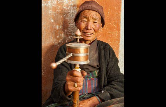 mujer Sherpa con rueda de oración